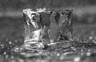 ghiaccio che fonde e diventa acqua