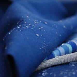 un tessuto idrorepellente antigoccia trattato con ausiliari chimico-tessili